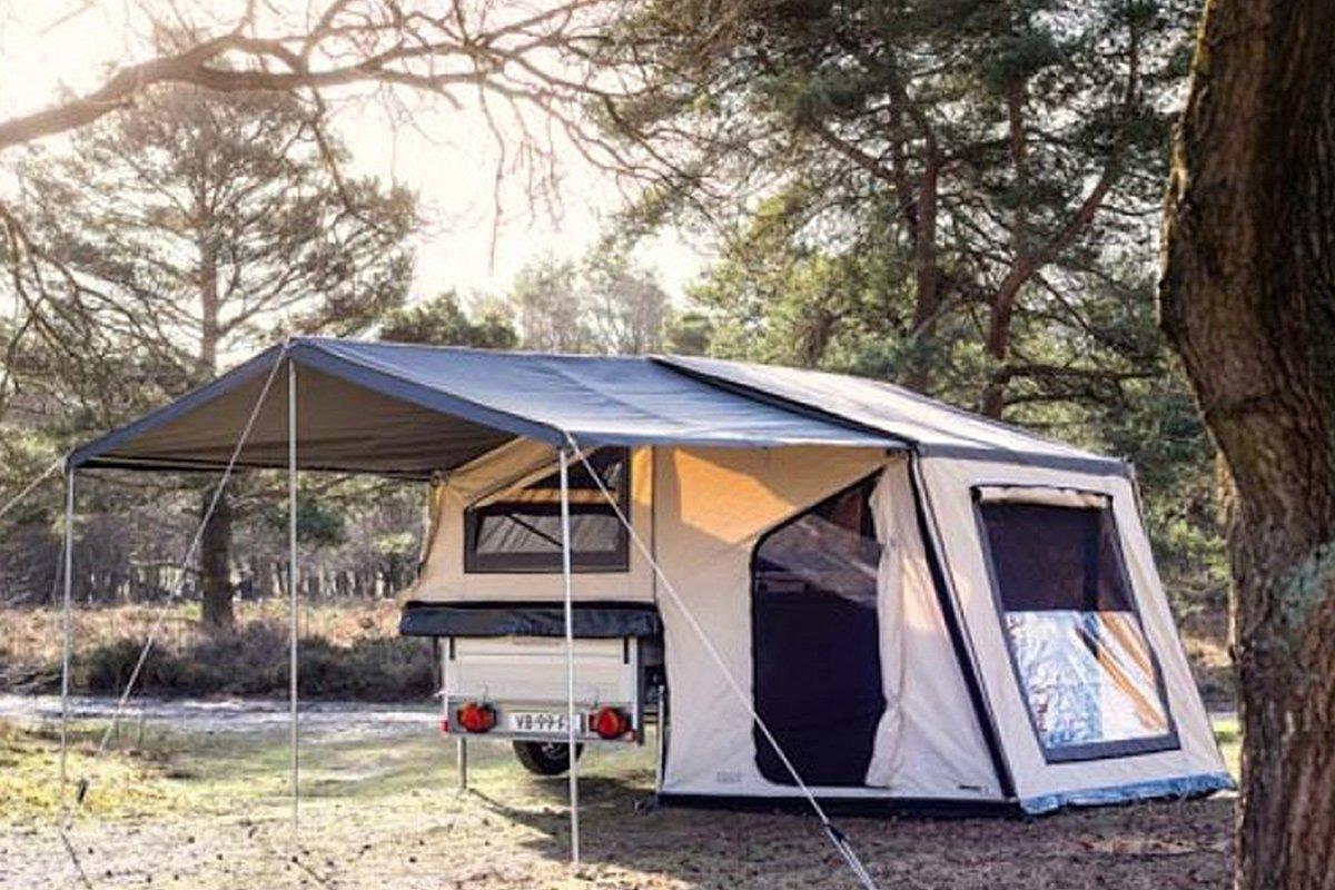 Kat in kampeertent