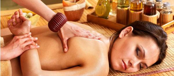 Ontspannen tijdens een weldadige massage.