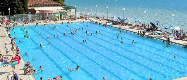 Het zwembad ligt direct aan zee