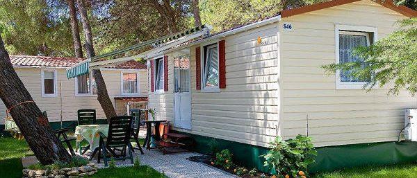 Een van de mobile homes op Camping Adria
