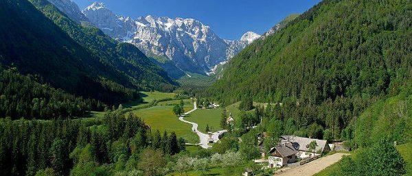 In deze prachtige omgeving ligt Camping Menina