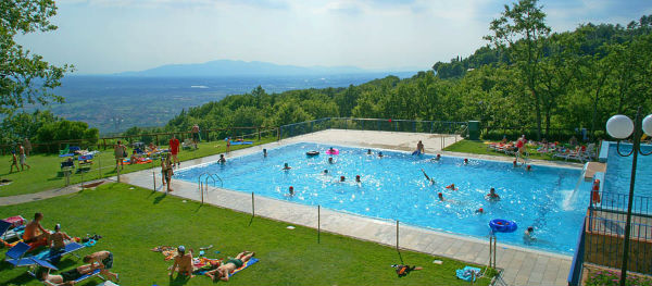 Het uitzicht vanaf het zwembad op Camping Barco Reale