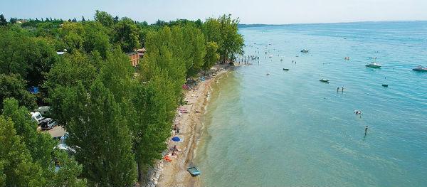De zee en de boten rondom Camping Cisano/San Vito