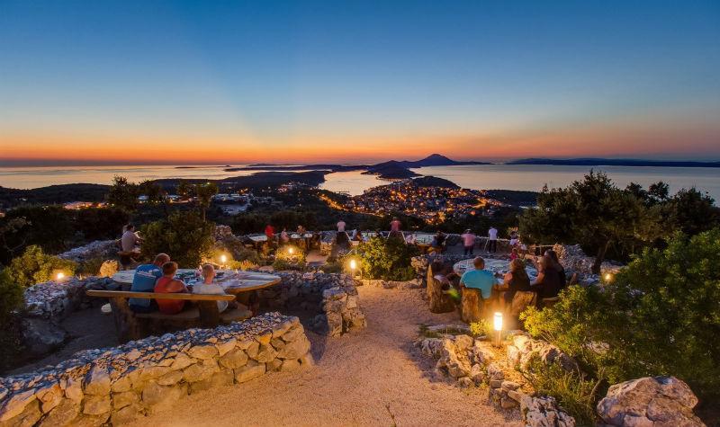 Un dîner au Vidikovac Bar n'est pas seulement synonyme de bonne nourriture. Vous aurez également la vision la plus romantique de la Croatie.
