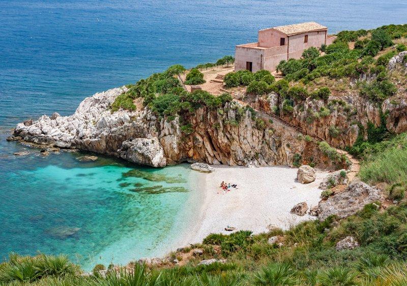 Parfois, il faut bien chercher, mais si vous réussissez, cela en vaut la peine : votre propre baie privée comme ici en Sicile.