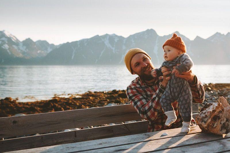Man met baby op picknicktafel