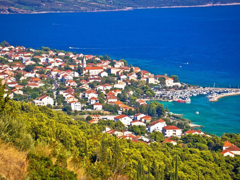Luchtfoto van Orebić met stad en haven