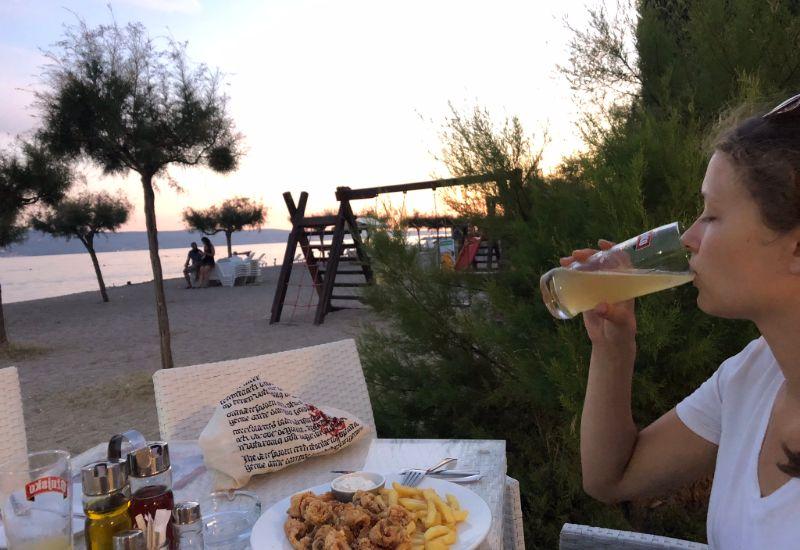 Eten bij het campingrestaurant met uitzicht over zee.