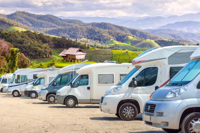 Verschillende soorten campers op een rij