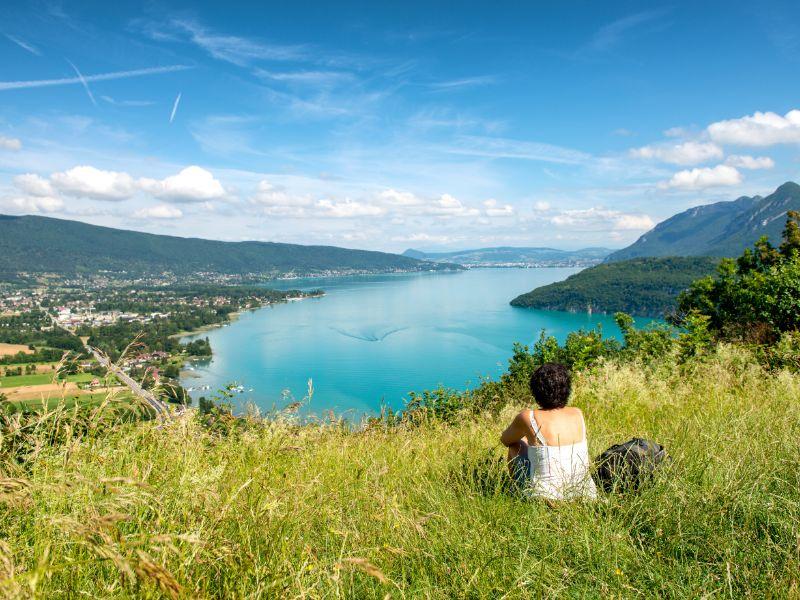 Picknicken in de Alpen geeft een heerlijk ontspannen gevoel. Blijf je een beetje in de buurt van het meer, dan kan dit je uitzicht zijn!