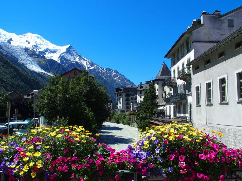 De Mont Blanc is de machtigste bergreus van Europa. Vanaf het plaatsje Chamonix-Mont-Blanc kun je met de kabelbaan of een treintje omhoog gaan.