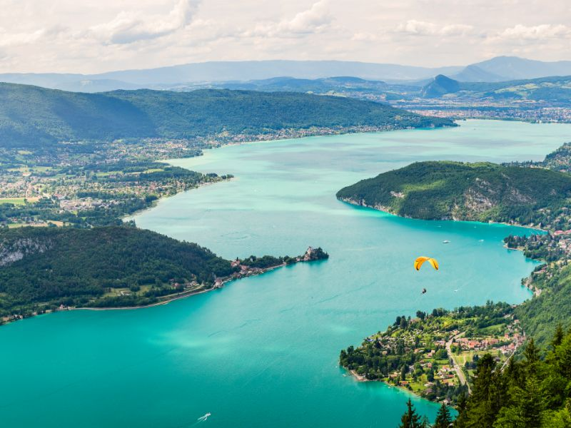 Lake Annecy is also an ideal location for several adventurous sports. Doussard is known as a departure point for paragliders.