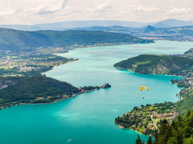 Het Meer van Annecy is ook een ideale plek voor enkele gedurfde sporten. Zo is Doussard een bekend vertrekpunt voor paragliders.