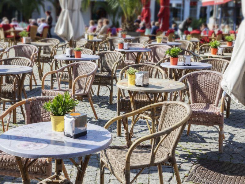 Na een dagje shoppen even lekker bijkomen met een hapje of drankje op het terras. In de Nederlandse steden kan het weer.